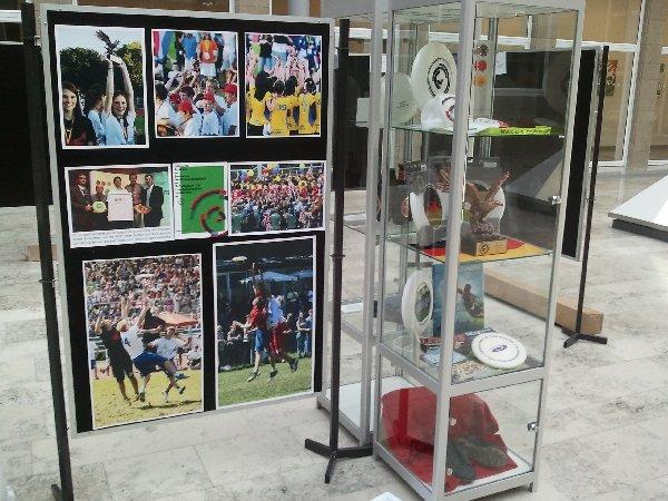 """Gesamtansicht von Stellwand und Vitirne des DFV in der """"365 Orte""""-Ausstellung der Stadt Köln"""