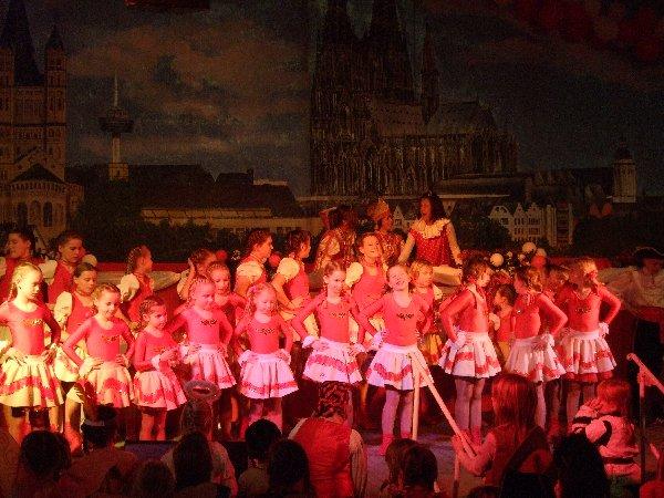 """Tanzgruppe Escher Mädchen und Jungen mit den """"Kids"""""""