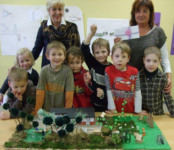Erzieherinnen Romy Esser (l.) und Gabi Brinser mit Vorschulkindern aus der Traumgartengruppe an der Kita St. Martinus
