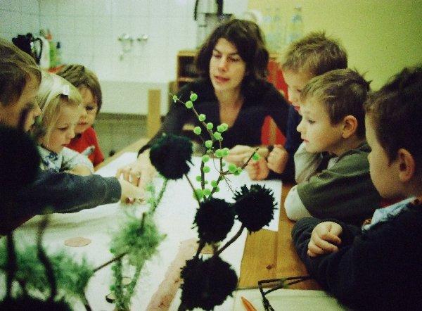 Gartenarchitektin Aletta Mortsiefer im Gespräch mit Vorschulkindern der Kita St. Martinus, Foto: Privat