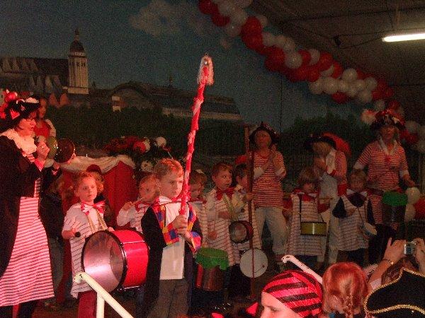 """Die Maxikinder der Kita St. Martinus mit der """"Rums- und Bums-Kapell"""""""