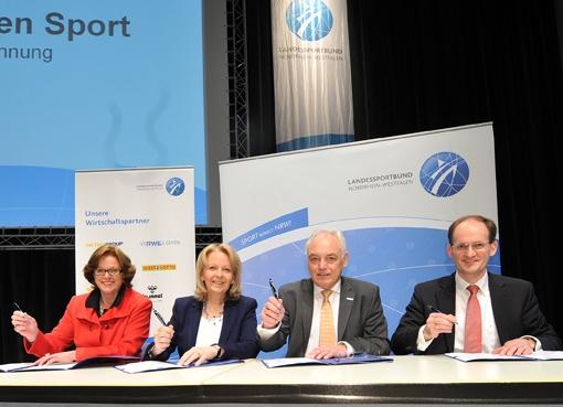 Die Unterzeichnung des Pakts des Sports am 12. Feburar in Recklinghausen, Foto: Staatskanzlei Nordrhein-Westfalen / Foto: LSB, Andrea Bowinkelmann