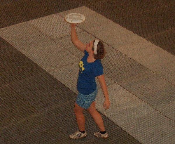 Ilka Simon als Freestyle Frisbee-Freiheitsstatue im Olivandenhof Köln