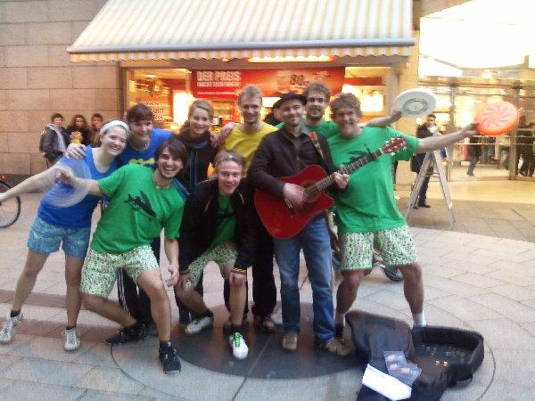 Die Jammer-Gruppe im Olivandenhof Köln mit Chipper Bro (r.) und einem Straßenmusiker