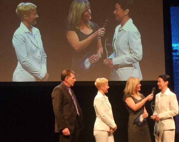 Moderatorin Ulrike von der Groben zwischen Caroline Privou (r.) und Petra Zimmermann, Kölns Team des Jahres 2010, links Kuno Weber, Vorstand des Sponsors KVB.