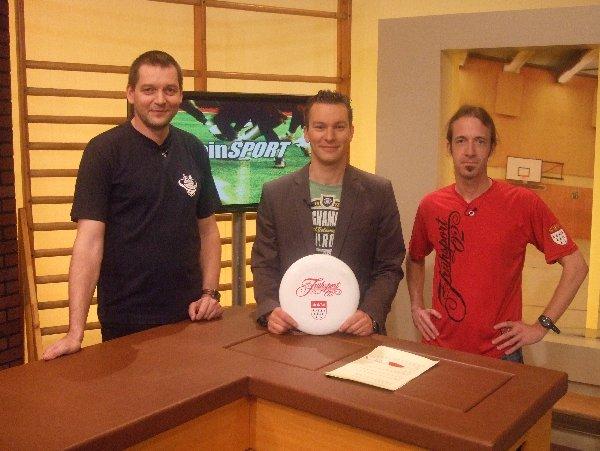 V.r.n.l.: Frühsportler Bernd Pröschold, RheinSport-Moderator Noah Pudelko und Jörg Benner