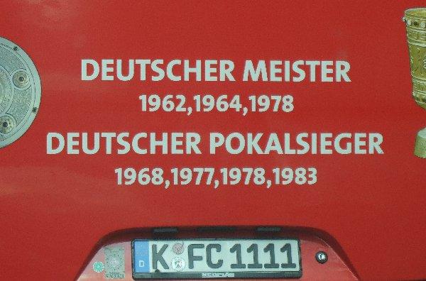 Nahansicht des unteren Hecks des FC Köln-Mannschaftsbusses