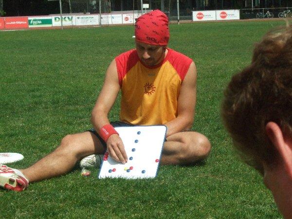Mitspieler sind bei den Erläuterungen des Kölner Mixed Ultimate-Trainers Jens Gerhards ganz Ohr