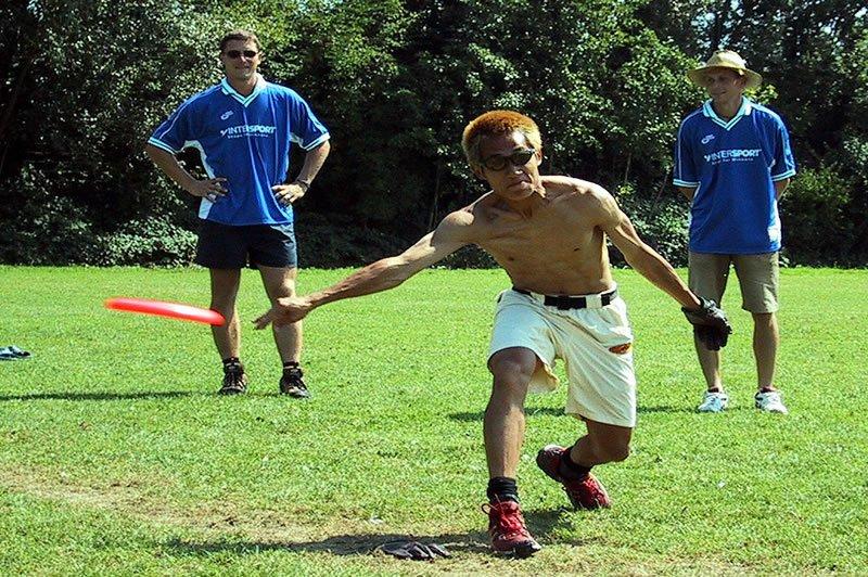 Ein Guts-Spieler beim Hochgeschwindigkeitswurf der Scheibe zu den Gegnern