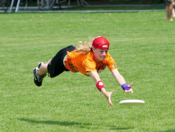 Zweihöndioger Hechtsprung einer Dutch National-Spielerin