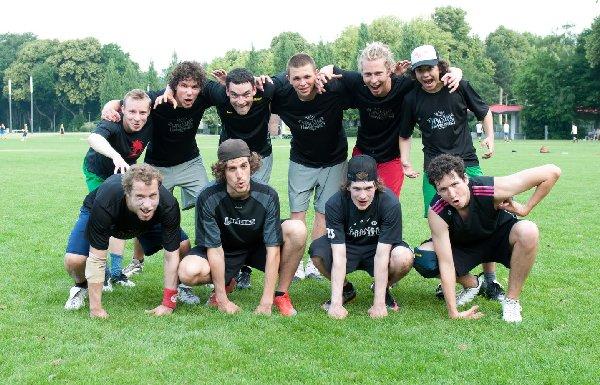 Ein junges Wall City-Team Berlin, mit äffischem Gehabe. Foto: Müller-Laschet