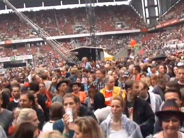 Blick aufs Publikum im Rhein-Energie-Stadion zum 20-jährigen Jubiläum von Brings