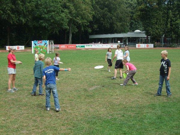 """Eine """"Wurfgasse"""" der Kinder unter 10 mit Trainerinnen beim """"Ferdi Frisbee-Fun Park"""" in Köln"""