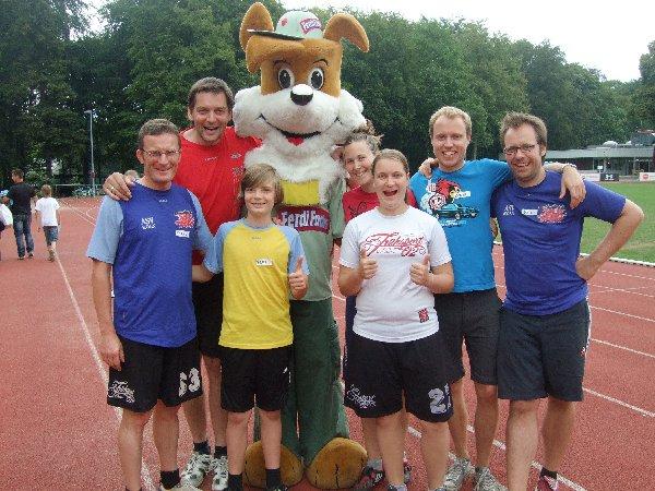 """Erinnerungsfoto des """"Ferdi Frisbee Fun Parks"""" beim ASV Köln mit einigen Helfern"""