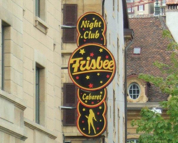 """Das Werbeschild des Nightclubs """"Frisbee"""" in Neuchatel"""