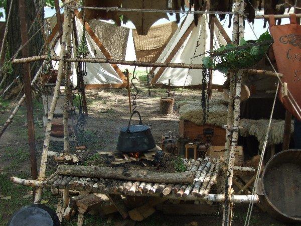 """Eines der zahlreichen Zeltlager beim """"Spectaculum"""" am Fühlinger See"""