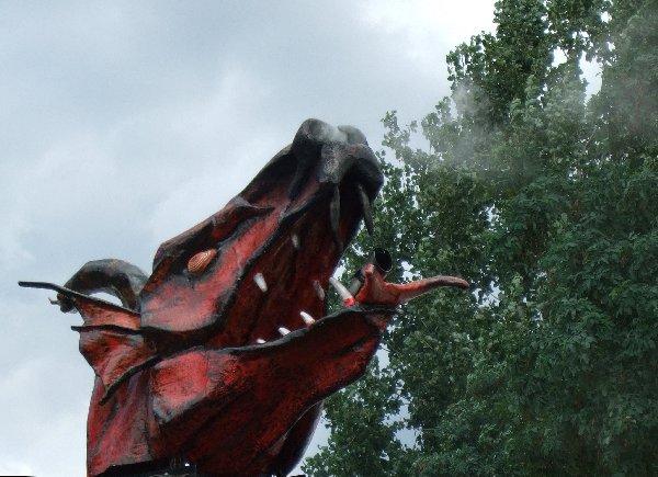 Ein Rauch speiender Drachenkopf beim Spectaculum am Fühlinger See