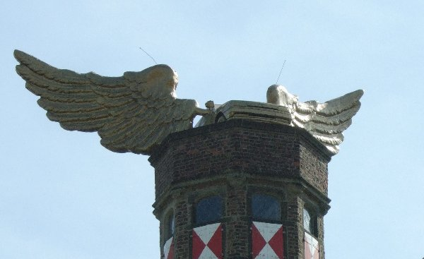 """Das """"Flügelauto"""" von H.A. Schult auf dem Turm des Kölnischen Stadtmuseums"""