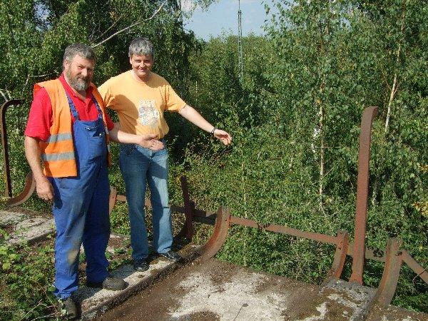 RIM-Kassenwart Jörg Seidel (r.) und der zweite Vorsitzender Peter Stapper zeigen die Schienenführung auf dem alten Kohlebansen, über den früher Kohle in Loks geschüttet wurde.