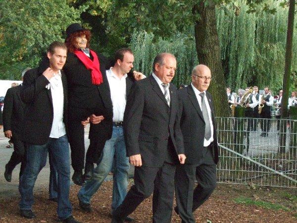 """Mitglieder des Kegelvereins """"Die alten Zeltebauer"""" brachten den Zacheies zum Escher Festzelt, vorne rechts der Vorsitzende der Dorfgemeinschaft Klaus Wefelmeier."""