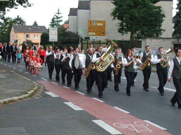 Der Umzug der Dorfgemeinschaft Esch führte mit musikalischer Begleitung des Musikvereins Schönecken zum Hof Klefisch, wo der Zacheies abgeholt wurde.