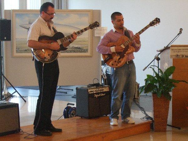 Das Swing-Gitarren-Duo Maurice-Peter (rechts) und sein Vater Romano Franz