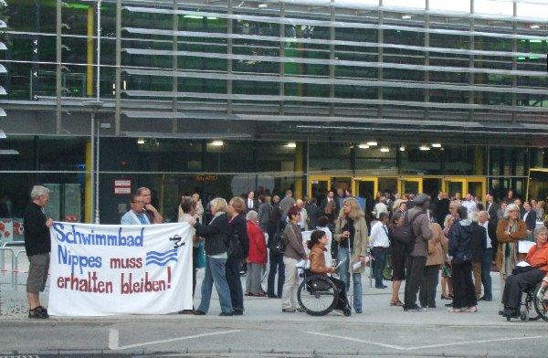 Vor dem Eingang des Lentparks protestierten Behinderte für einen barrierefreien Ausbau des Vorzeigeprojekts sowie Anwohner für den Erhalt des Nippesbades. Foto: Benner