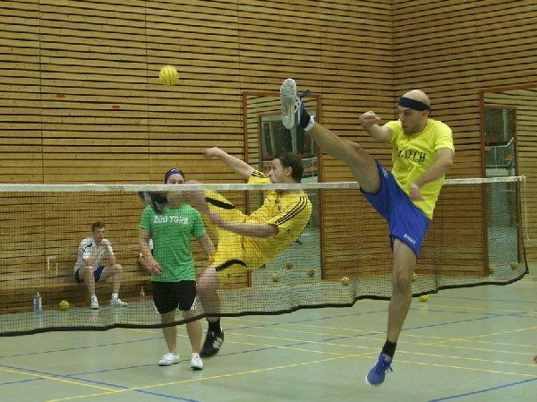 Gunnar Vogt (mit Stirnband, hier beim Blocken) garantiert spektakuläre Aktionen beim europäischen Clubfinale im Sepak Takraw an der Sporthochschule Köln. Foto: Esser