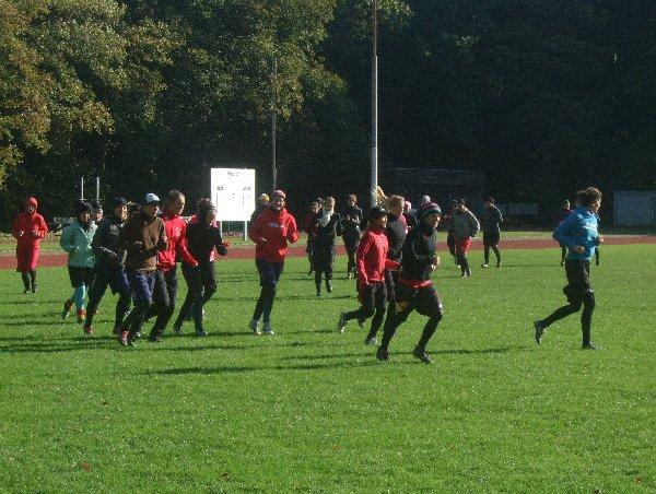 Die Teilnehmerinnen des Damen-Nationaltrainingslagers in Köln beim Warmlaufen