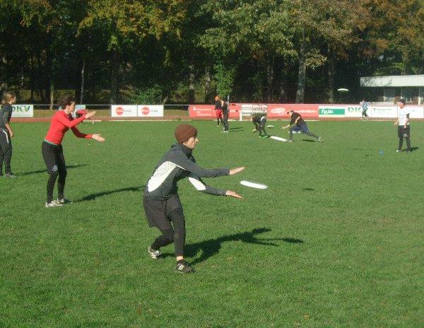 Teilnehmerinnen des Damen Ultimate-Nationaltrainingslagers in Köln beim Einwerfen