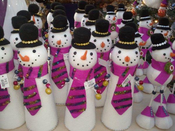 Schneemänner mit lila Krawatten