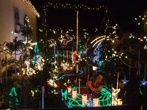 Hässliche Ansammlung unzusammenhängender Weihnachtsbeleuchtungen