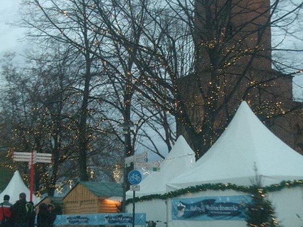 Dezente Beleuchtung am Weihnachtsmarkt am Kölner Hafen