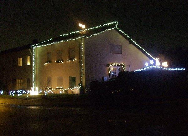 Weihnachtlich beleuchtetes Haus in Köln-Auweiler