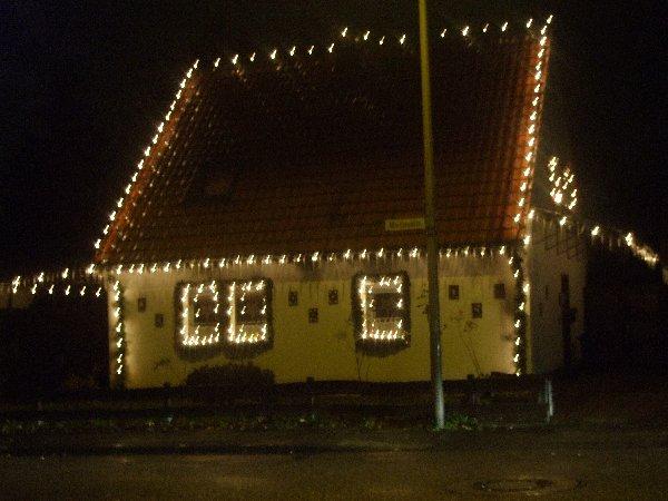 Weihnachtlich beleuchtetes Haus in Esch